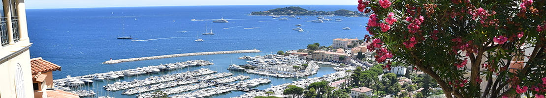 Renting a license-free boat in Beaulieu.