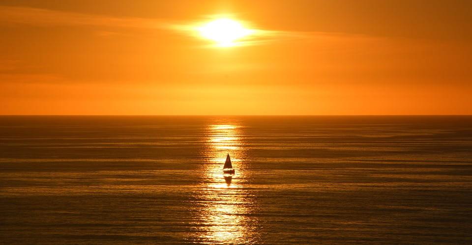 Coucher de soleil en catamaran à voile
