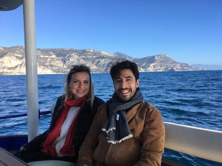 Lilya et son ami se promènent en bateau solaire lors d'un week-end à Nice hors saison avec vue sur l'Italie