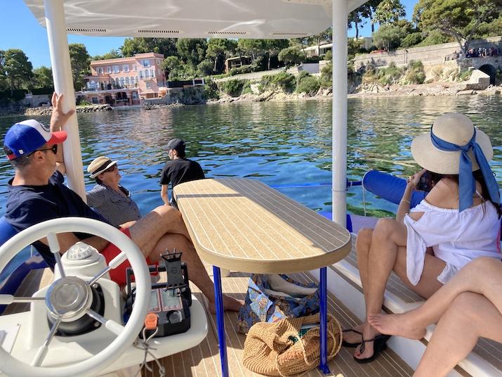 L'équipage contemple le paysage à bord d'un bateau de plaisance en mediterrannée