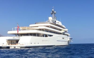 L'éclipse du même propriétaire que le Chateau la Croë, est un des yachts les plus grands du monde