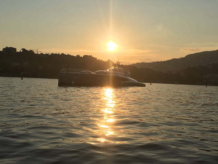 Couchée de soleil derrière la Villa Ephrussi et le yacht Galaxy of Happiness