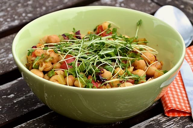 Chickpea salad, ideal for a spring picnic.