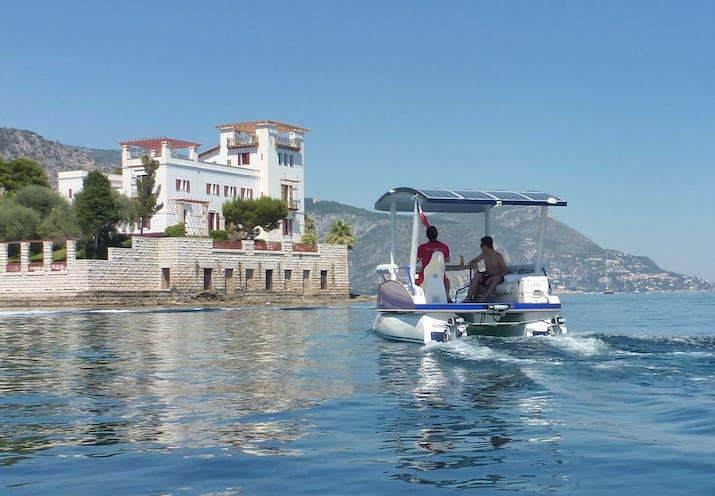 Promenade en mer près de Nice sur un bateau solaire