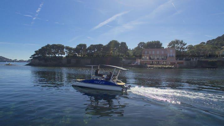 Le bateau solaire seaZen devant la Villa La Fleur du Cap